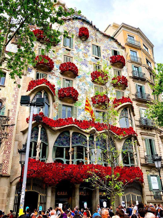 Ukrašena fasada u Barseloni na Svetski dan knjige