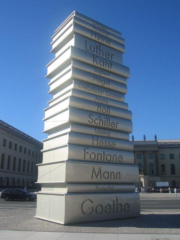 """Скулптура """"Der Moderne Buchdruck"""" у Берлину, у част Јохана Гутенберга и највећих немачких књижевника"""