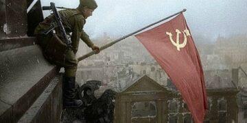 Sovjetski vojnik postavlja zastavu na zgradi Rajhstaga na dan bitke za Berlin.